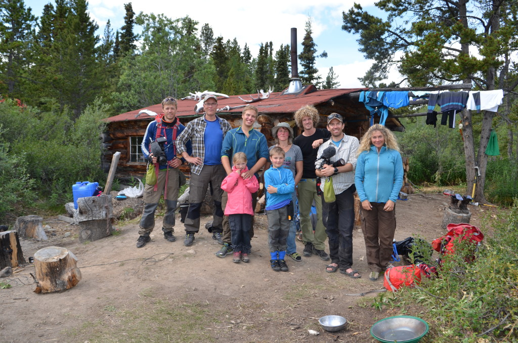 Eiliv og Lars sammen med resten av Eilivs familie, samt fotografene til NRK og Cecilie Skog og Aleksander Gamme