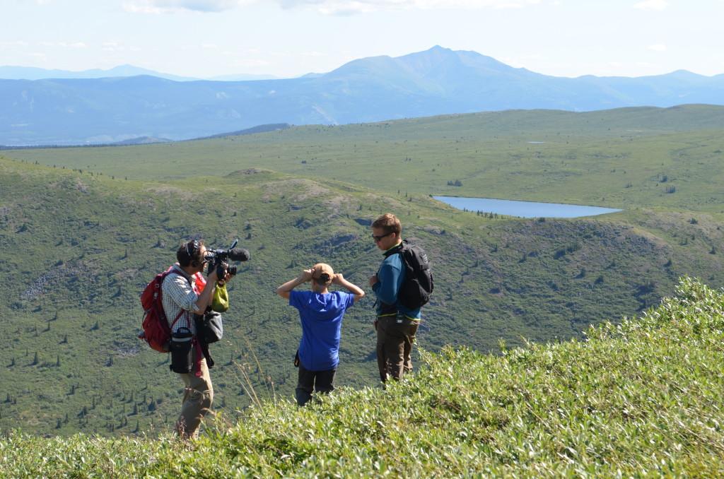 En NRK-fotograf filmer to av brødrene oppe på fjellet i dalen