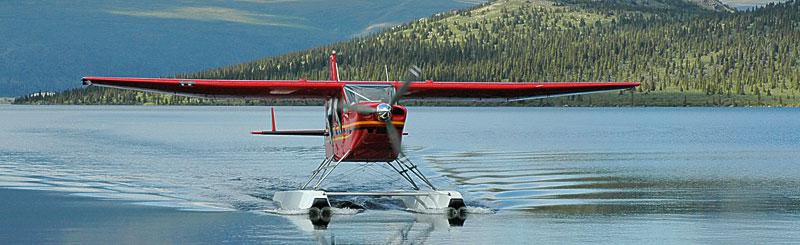 Flyet kommer og henter oss ved innjøen i Yukon