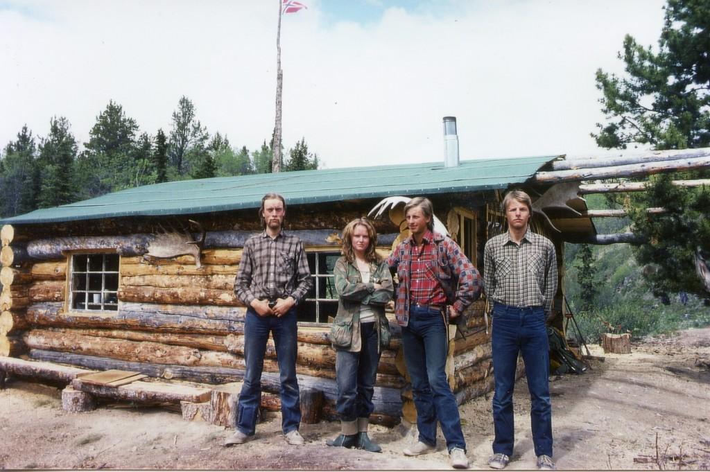 Fra venstre Lars, Wenche, Morten og Iver foran hytta i 1982.