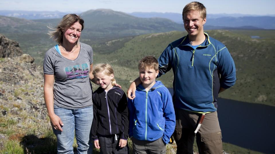 Gabi med barna i villmarka i Yukon.
